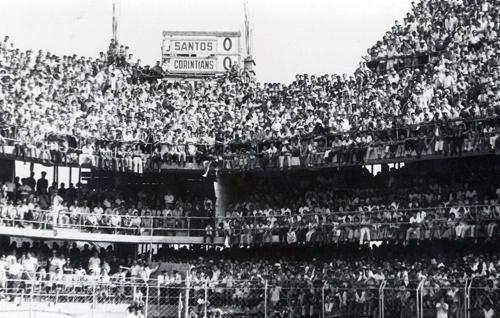 (Foto 5) Santos X Corinthians 20 de setembro de 1964 - O dia em que a arquibancada cedeu - Getty Images