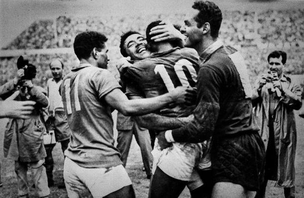 Jogadores comemoram a conquista do primeiro mundial do Brasil - Arquivo/LanceNet