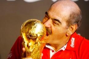 Rivelino ergue Taça da Copa em SP e ameniza pressão sobre aseleção