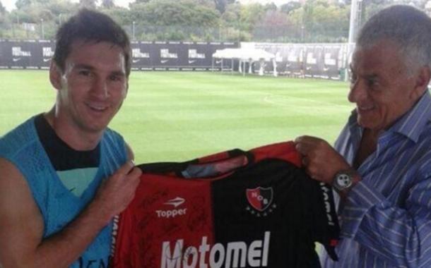 Messi nasceu em Rosário, torce para o Newell's, mas nunca vestiu a camisa dos leprosos (Foto: Reprodução/Twitter)