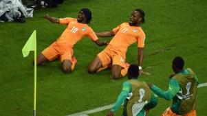 Gervinho e Didier Drogba em jogo contra o Japão. Foto: Getty Images
