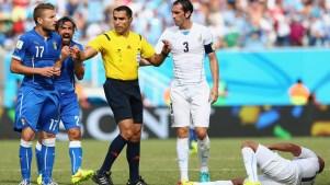 Jogadores da Itália e do Uruguai em partida que desclassificou os italianos. Foto: Getty Images