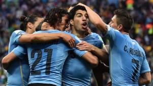 Luiz Suárez e companheiros comemoram gol contra a Inglattera. Foto: AFP