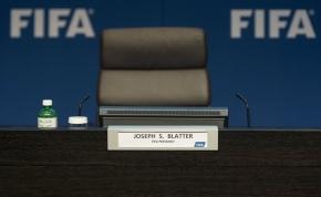 Blatter sairá. Mas o quemuda?