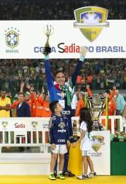 SÃO PAULO, SP - 02.12.2015: PALMEIRAS X SANTOS - O goleiro Fernando Prass, da SE Palmeiras, levanta a taça troféu pela conquista da Copa do Brasil após jogo contra a equipe do Santos FC, na Arena Allianz Parque. (Foto: Cesar Greco / Fotoarena)