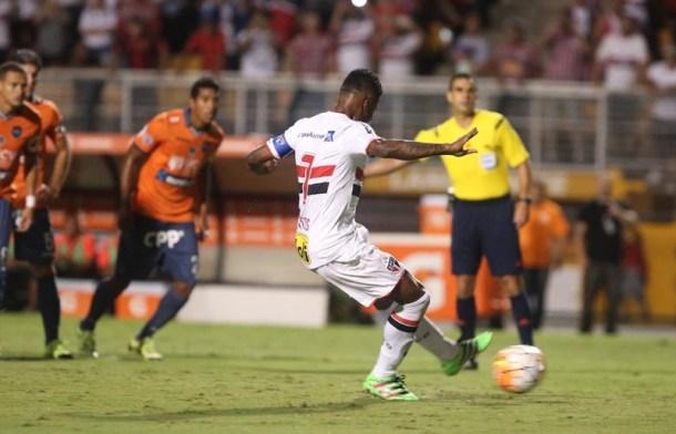 Michel Bastos foi todo errado para a bola. Tava na cara que ia dar errado (Foto: Rubens Chiri/São Paulo FC)